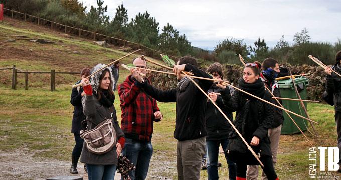 Miembros de GaliciaTB aprendiendo a tirar una lanza con utensilios prehistóricos.