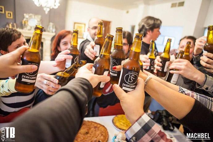 Los asistentes brindan con la deliciosa cerveza gallega Peregrina