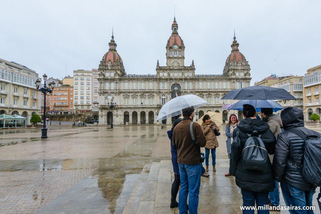 Reunidos para la visita guiada en la plaza de María Pita