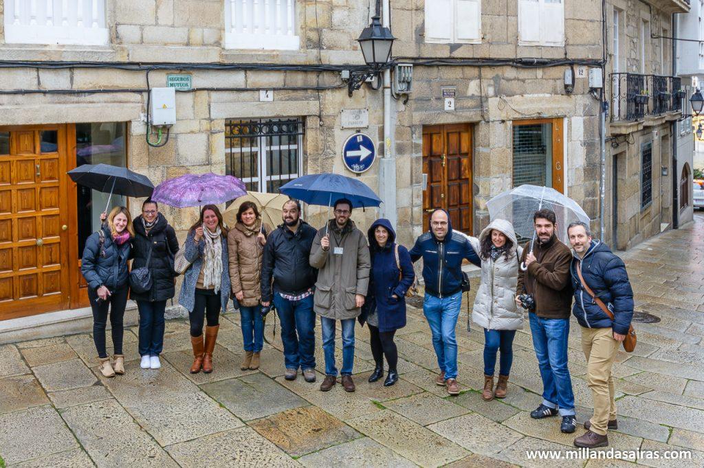 Grupo en plena ruta turística por el casco antiguo de A Coruña